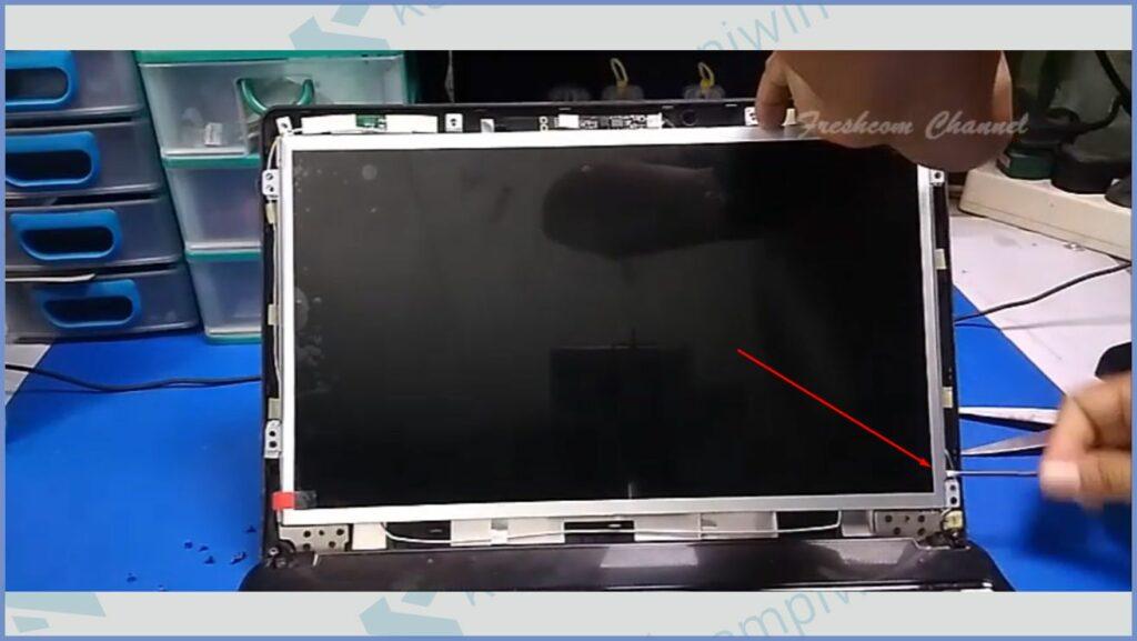 Pasang Kembali Layar Laptop ke Posisi Awal