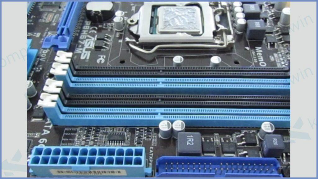 Cari Slot RAM di Motherboard